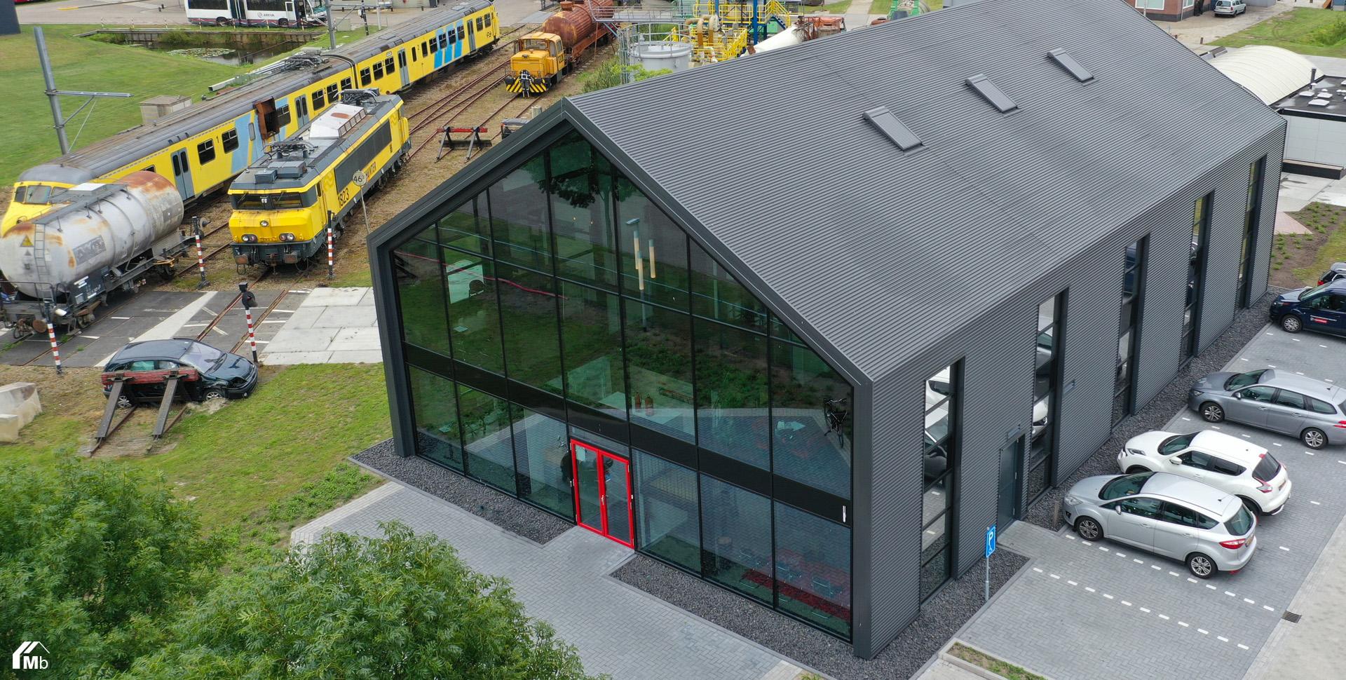 Modern kantoorpand met glazen gevel gebouwd door MIEDEMAbouw